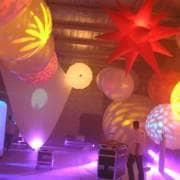 Ballons éclairants et cônes lumineux